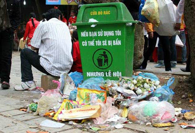 Một hiện tượng khá phổ biến hiện nay là vứt rác ra đường hoặc những nơi công cộng, bên hồ, kể cả ở những nơi danh lam thắng cảnh hoặc di tích lịch sử, văn hoá